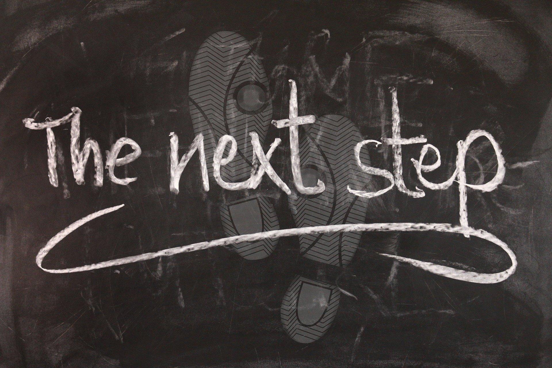 "Tafel mit Aufschrift ""The next step"""